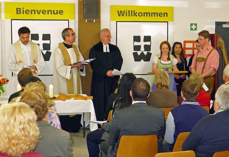 Direktor Rainer Remmele zusammen mit Pfarrer Reiner Hartmann (links) und dem Vertreter der evangelisch-lutherischen Kirche Landsberg, Pfarrer i.R. Traugott Simon