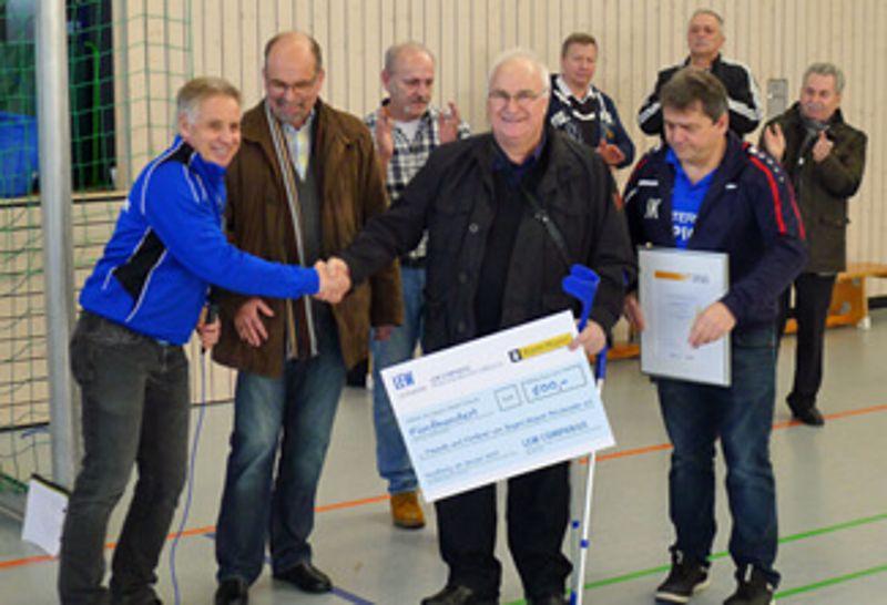 LEW-Mitarbeiter Ulrich Riegg überreicht die Spende