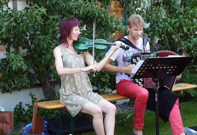 Monika Drasch und Konstantin Ischenko musizieren beim Hofladen-Fest