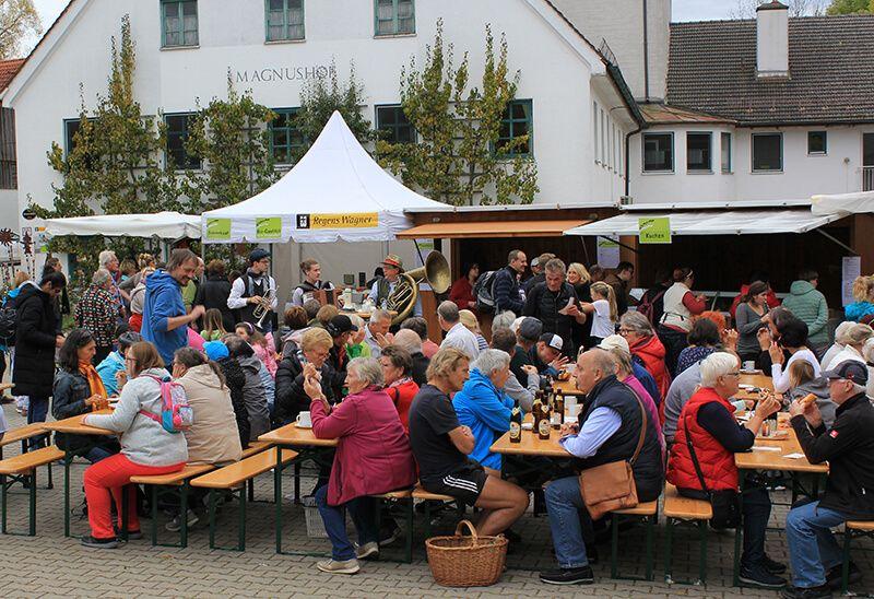 Hochbetrieb auf dem Magnushof beim Krauthobelfest 2019 mit der Musikgruppe ScheinEilig – Foto: Heike Müsse
