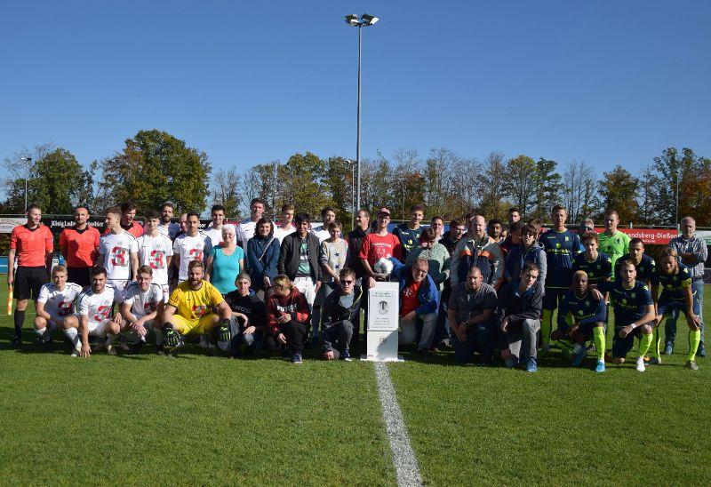 Die Fußballbegeisterten von Regens Wagner Holzhausen zusammen mit den Spielern des TSV 1882 Landsberg und des TSV 1860 München (26.10.2019)