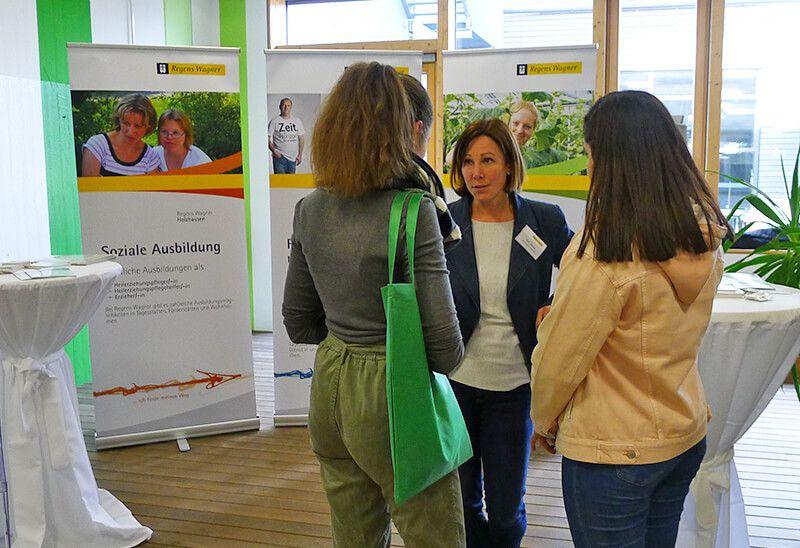 Ursula Rampp erläutert zwei Schülerinnen Weg der Ausbildung zur Erzieherin