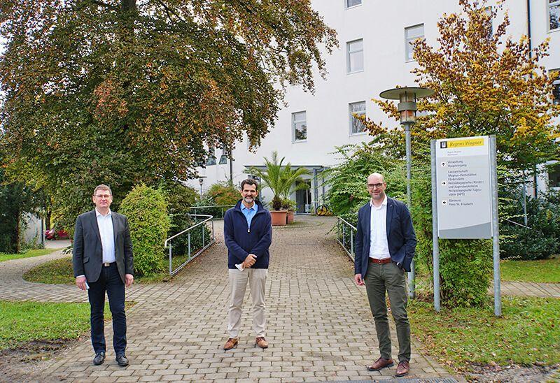 Der Bundestagsabgeordnete Michael Kießling (rechts) mit Gesamtleiter Robert Kailbach (links) und Schulleiter Martin Lederle (Mitte) vor dem Hauptgebäude von Regens Wagner Holzhausen