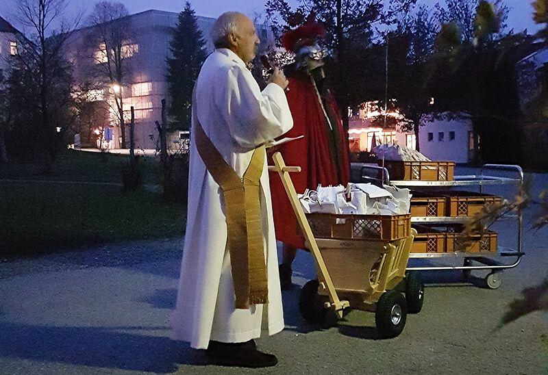 Diakon Thomas Knill und St. Martin besuchen einige Wohngruppen bei Regens Wagner Holzhausen