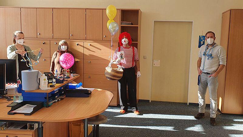 Der Fasching hält Einzug im Hauptbüro der Verwaltung … mit bunter Farbe, Luftschlangen, Luftballons – und guter Laune!