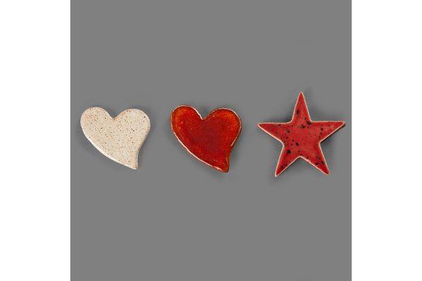 Individuelle Keramik: Magnet-Pins in Herz- und Sternform aus den Magnus-Werkstätten von Regens Wagner Holzhausen
